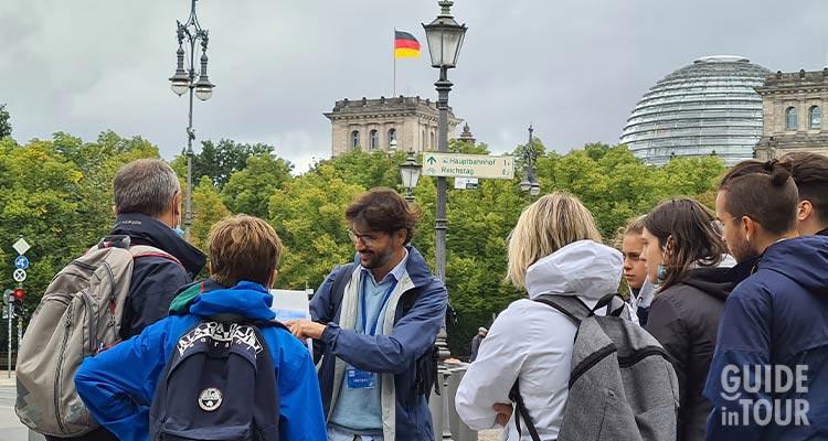 Una guida italiana davanti al Palazzo del Reichstag a Berlino.