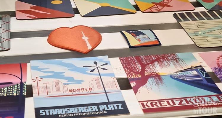 Una vetrina di un negozio di design nel quartiere di Mitte. Un luogo dove comprare souvenir originali a Berlino.