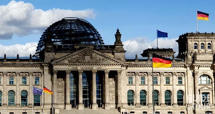 Il Palazzo del Reichstag a Berlino in una giornata ventosa.