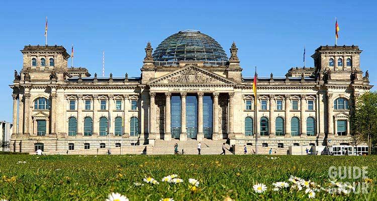 Il palazzo del Reichstag, la sede del Parlamento tedesco di Berlino e la sua famosa cupola di vetro.