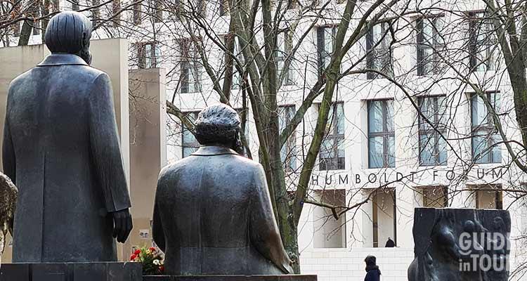 Le statue di Marx e Engels a Berlino rivolte verso il nuovo polo culturale Humboldt Forum.