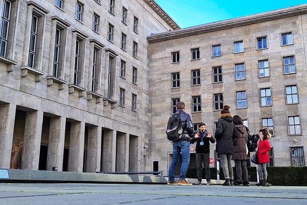 Un gruppo di visitatori partecipando ad un tour di Berlino.