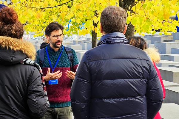 Una guida italiana conduce il gruppo fino al memoriale dell'Olocausta durante il Free tour di Berlino.