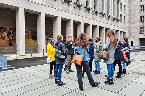 Un gruppo partecipando ad un tour di Berlino in italiano.