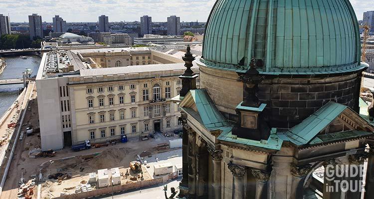 Una vista della piazza sottostante dal Duomo di Berlino.
