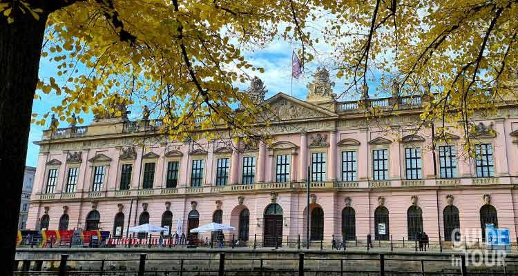 Facciata del Museo Storico Tedesco sul viale sotto i tigli a Berlino.