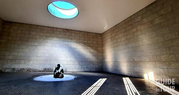"""Interni del monumento di Berlino """"Nuova Guardia"""" con statua della pietà laica."""