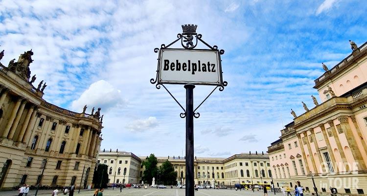 Panoramica della Piazza Bebelplatz a Berlino.