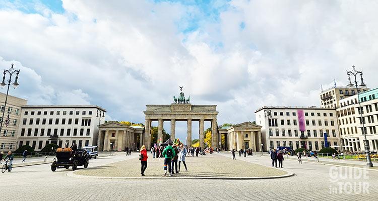 Panoramica della piazza Pariser Platz a Berlino. Dove comincia il viale Unter den Linden.