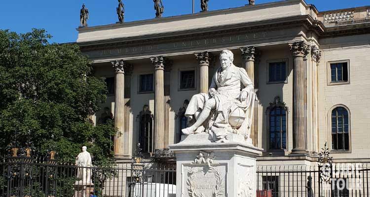 Entrata al rettorato dell'università Humboldt sul viale Unter den Linden a Berlino.