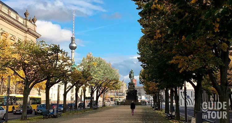 Panoramica del viale Unter den Linden a Berlino.