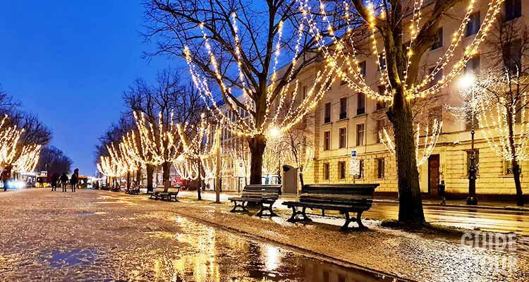 Il viale sotto i tigli di Berlino illuminata per le feste di Natale.
