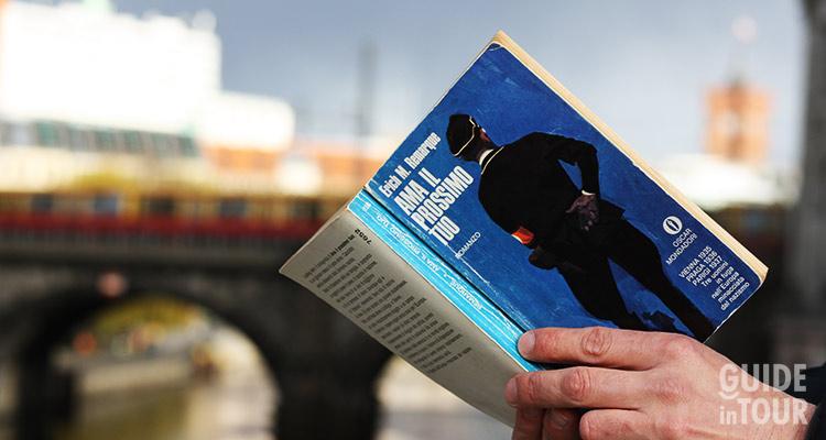 Un lettore legge un romanzo di Remarque a Berlino.