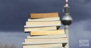Libri di autori del novecento di fronte alla torre dalla Tv a Berlino.