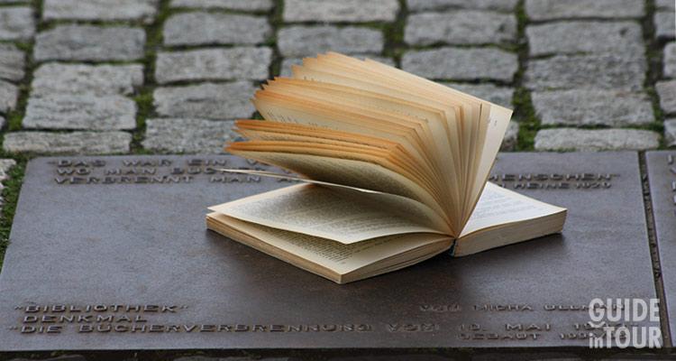 Un libro posto sul Memoriale del Rogo a Berlino.