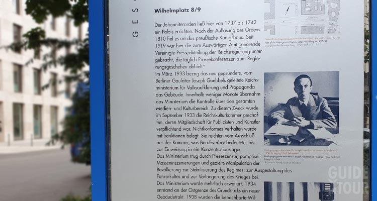 Cartello informativo posto all'entrata del Ministero della Propaganda nazista a Berlino.