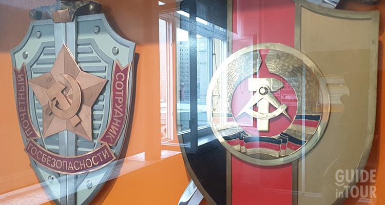 Emblema della Repubblica Democratica Tedesca posto nel Museo della Stasi di Berlino.
