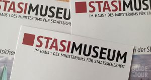 Flayer del Museo della Stasi a Berlino.